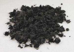 Carbon- und Naturfasern verhaken sich beim Schreddern zu ungleichmäßigen Flakes und Fasern. (Foto: Brabender Technologie)