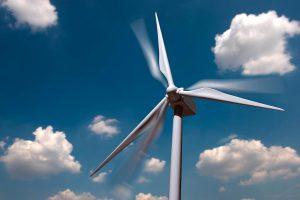 Ein von Covestro entwickeltes Polyurethanharz ermöglicht leichtere, längere und robustere Rotorblätter für Windkraftanlagen als die bisher vor allem verwendeten Standardsysteme. (Foto: Covestro)