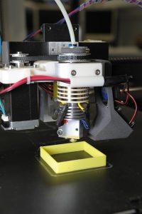 Der 3D-Drucker mit dem neuartigen Druckkopf kann unterschiedlich breite Kunststoffbahnen drucken. (Foto: TH Nürnberg)