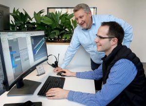 Prof. Dr. Konrad Saur (l.) nutzt mit seinem Team moderne Design-Werkzeuge, um Dichtungslösungen zu entwickeln, die den hohen Ansprüchen der Elektromobilität gerecht werden. (Foto: Trelleborg)