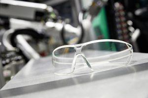 """Uvex-Schutzbrille im aktuellen Design, wie sie """"ready to use"""" aus der Spritzgießmaschine kommt. (Foto: Arburg)"""
