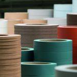 Bei Egger Dekor werden Kantenbänder aus ABS und PVC für die Möbelindustrie hergestellt. (Foto: Egger)