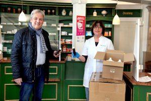 E-proPlast-Geschäftsführer Rüdiger Löhl bei der Übergabe von kostenlos zur Verfügung gestellten PET-Flaschen an eine Apotheke in Schmalkalden. (Foto: E-proPlast)