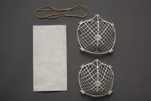 Der Filterträger FiT kann mit nahezu jedem Filtermaterial zu einer Notbehelfsmaske kombiniert werden. (Foto: FIT AG/Lisa Kirk)