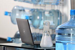 Die Matrix der neuen Halbzeuge besteht zur Hälfte aus Rezyklaten, die aus der Verwertung von Mehrweg-Wasserflaschen aus Polycarbonat stammen. (Foto: Lanxess)