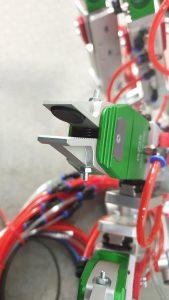 Die Gummierung der Doppelhubzange schützt das Bauteil zusätzlich vor Kratzern. (Foto: Piab)