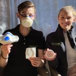 Romy Pfitzer und Dennis Keller zeigen Mehrwegmasken aus Arboblend und Silikon. (Foto: Tecnaro)