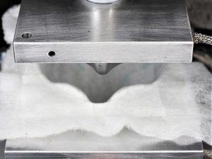 Um schnell mit der Produktion der FFP3-Masken beginnen zu können, lieferten andere Unternehmen erforderliches Equipment für das Tiefziehen der unterschiedlichen Vliesstoffe zu. (Foto: Weber Ultrasonics)