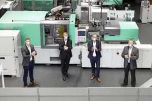 Arburg engagiert sich in der Coronakrise (v. l.): Manuel Frick, Sales Manager LSR, die Geschäftsführer Gerhard Böhm (Vertrieb) und Guido Frohnhaus (Technik) sowie Dr. Thomas Walther, Abteilungsleiter Anwendungstechnik, präsentieren die ersten Hightech-Masken.