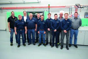 Das Technikum-Team nach der Schulung an den neuen Spritzgießmaschinen von Arburg. (Foto: Günther)