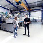 Um sechs vollelektrischen Toyo-Spritzgießmaschinen hat Novuplast-Geschäftsführer Sven Ulrich, hier im Gespräch mit Deckerform-Geschäftsführerin Anna Tschacha, seinen Maschinenpark erweitert. (Foto: Deckerform)