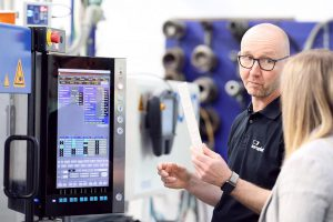 Ein wichtiges Argument für die vollelektrischen Maschinen ist für Sven Ulrich der geringe Energieverbrauch. (Foto: Deckerform)