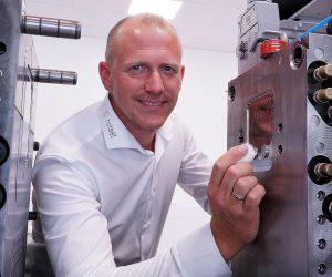 """René Schlöter, technischer Leiter des SIT: """"In unserem neuen Technikum ist das Z-System sowohl als stand-alone- und Nachrüstlösung in Aktion zu sehen als auch in der vollintegrierten Variante in einer 800-kN-Spritzgießmaschine von Engel."""" (Foto: Hotset)"""