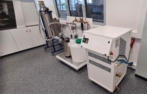 Im neuen SIT in Lüdenscheid ist ein kompletter Spritzgieß-Prozess mit Engel-Spritzgießmaschine, Z-System sowie Werkzeug-Vorrichtungen, Kühlwasser-Aufbereitung und Materialtrocknungsanlage von Wenz installiert. (Foto: Hotset)