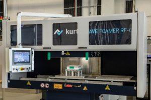 Im Radiofrequenz-Formteilautomat können Hochtemperatur-Thermoplaste zu Partikelschäumen verarbeitet werden. (Foto: Fraunhofer ICT)