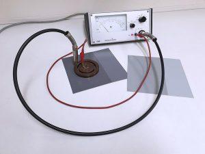 Messung des Oberflächenwiderstandes an lackierter PVC-Bahnenware mittels Teraohm-Meter und Ringelektrode. Linke Seite jeweils mit Rowakryl G-34747W lackiert, rechte Seite unlackiert. (Foto: Rowa)