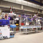 Gesamtansicht der mittels staufähiger Fördersysteme verketteten Spritzgießmaschinen der Type EcoPower 110/350 von Wittmann Battenfeld. (Foto: Wittmann Battenfeld)