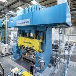 Eine der beiden CompressEco-Pressen am Produktionsstandort von Creative Composites. (Foto: Dieffenbacher)