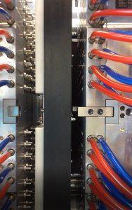 Der Entnahmegreifer kann in einer Fahrt Teile aus bis zu 128 Kavitäten aus dem Spritzgießwerkzeug entnehmen. (Foto: Hekuma)