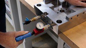Die Prüfung erfolgt einfach mit Druckluft. (Foto: Nonnenmann)