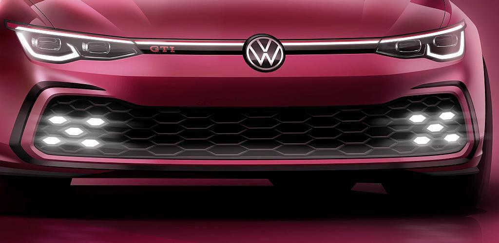 Für die hochglänzende Zierleiste und das Emblem beim Golf 8 GTI kommen Plexiglas Resist AG 100 und Hi-Gloss NTA-5 zum Einsatz. (Foto: Volkswagen AG)