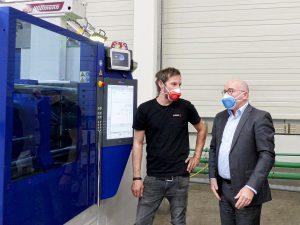 v.l.: Tobias Fröbel, Geschäftsführer Fröbel Kunststofftechnik, und Andreas Schramm, Geschäftsführer Wittmann Battenfeld Deutschland vor der SmartPower 90/350. (Foto: Wittmann Battenfeld)