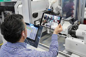 """Bei der """"remoten"""" Maschinenabnahme geht ein Arburg-Vertriebsexperte per iPad mit dem Kunden alle Anforderungen Punkt für Punkt durch. (Foto: Arburg)"""
