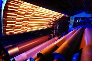 Maßgeschneiderte Infrarot-Wärme verbessert die Geschwindigkeit und Effizienz beim Prägen von Laminaten. (Foto: Heraeus Noblelight)