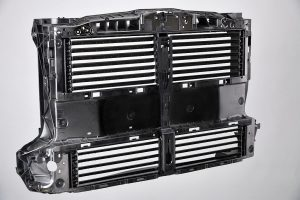Der Frontend-Träger nimmt eine aktiv steuerbare Einheit aus vier Luftklappensystemen auf, die für eine bedarfsorientierte Luftzufuhr zum Motor-Kühlsystem sorgen. (Foto: Lanxess)