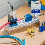 Schlauchpresse, Schlauchabschneider SAS26 und E-30 Montageemulsion sind hilfreiche Utensilien bei der Schlauchmontage. (Foto: RTC)