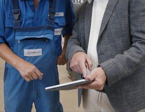Wenn eine Störung in der Anlage auftritt, bekommt der Anlagenführer eine Meldung auf sein Tablet und es können umgehend Gegenmaßnahmen eingeleitet werden. (Foto: Sesotec)