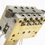 Offene seitliche Heißkanaldüse TFS-Linear mit 4+4 Einspritzpunkten. (Foto: Thermoplay)