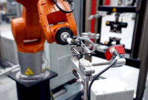 Der Industrieroboter bildet im Zusammenspiel mit einer Prüfmaschine Z010 ein System für automatisierte Elastomerprüfungen. (Foto: ZwickRoell)