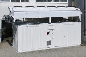 Die Kältemaschinen sind in einem Container installiert, der Kondensator, der die Wärme abführt, befindet sich im Freien. (Foto: L&R Kältetechnik)