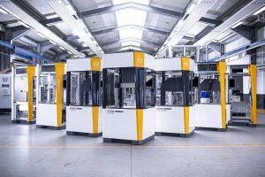 Die industriellen Bearbeitungsanlagen SmartSolutions bilden Prozesse wie Füge, Einpressen, Schrauben, Dosieren oder Befetten ab. (Foto: Hahn Automation)