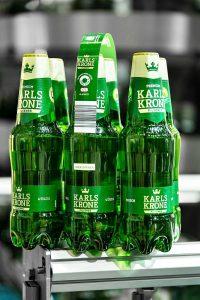 Die Marke Karlskrone der belgischen Brauerei Martens wird ab sofort als Sixpack im folienfreien KHS Nature MultiPackTM angeboten – in neu gestalteten 0,5-Liter-PET-Flaschen aus 100 % Rezyklat. (Foto: KHS)