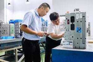 Dank des erworbenen Fachwissens sind die Ingenieure von TSP Precision Tooling in der Lage, die Werkzeuginnendrucksensoren von Kistler selbständig in ihre Spritzgießformen einzubauen. (Foto: Kistler)