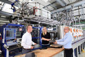Die Kunststoff-Experten Tilmann Sontag (l.), Loreen Winkelhake und Arthur Rieb begutachten im Technikum die Qualität eines beim Blasformen mit Tepex verstärkten Hohlkörpers. (Foto: Lanxess)