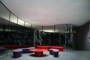In diesem Bürogebäude ist die lens LFO nahezu unsichtbar in der Akustik-Gipskartondecke verbaut. Die Lichtquelle lenkt nicht von der Architektur ab. (Foto: Bartenbach)