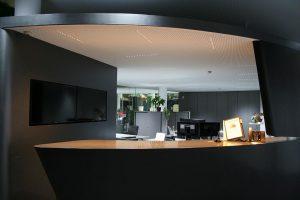 Angenehmes Licht im Büro: Die lens LFO verteilt das Licht blendfrei im Raum. (Foto: Bartenbach)