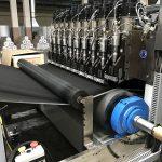 In der Ultraschallschweißanlage werden zwei Lagen Nonwovens und eine dampfdurchlässige Folie in einem kontinuierlichen Laminierprozess zu Dachunterspannbahnen miteinander verbunden. (Foto: Weber Ultrasonics)