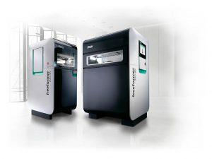 Die Freeformer der Baugrößen 200-3X und 300-3X verarbeiten Kunststoffgranulate, wie sie auch im Spritzgießen eingesetzt werden. (Foto: Arburg)
