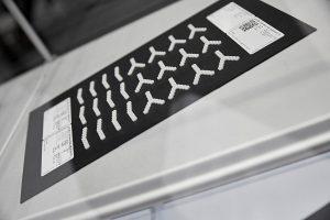 Im AKF-Verfahren lassen sich resorbierbare Originalmaterialien verarbeiten. Die Firma Samaplast stellt z. B. knochenähnliche Platten-Implantate her, die nach und nach durch körpereigenes Gewebe ersetzt werden. (Foto: Arburg)