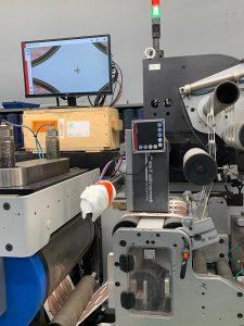 Das digitale Videoüberwachungssystem PowerScope 5000, das für die Bahnbeobachtung im Etikettendruck geeignet ist, in einer der beiden Etikettendruckmaschinen RCS 430 von Gallus. (Foto: BST eltromat)