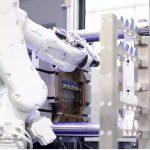 Das kollaborierende 6-Achs-Robotersystem kann einfach an andere Maschinen umgesetzt werden. (Foto: Desma)