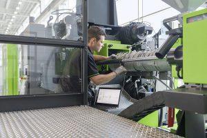 Der Abrieb an den Stegen der Plastifizierschnecke ist die häufigste und für die Qualität des Spritzgießprozesses wichtigste Verschleißart. E-connect.monitor ermittelt den Zustand der Schnecke, ohne die Plastifiziereinheit demontieren zu müssen. (Foto: Engel)