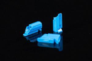 Die Betätiger für Steckverbindersysteme stellen hohe Anforderungen an den Spritzgießprozess. (Foto: Engel)