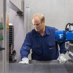 Die neue Semipreg-Produktionslinie am bayerischen Standort Cham. (Foto: Ensinger)