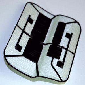Tankdeckel-Demonstrator, gefertigt aus mehreren Lagen Drapfix GF/PP mit anschließendem Anspritzen von Haltungselementen. Er entstand in Zusammenarbeit mit dem Institut für Textiltechnik Augsburg ITA gGmbH. (Foto: Gustav Gerster)