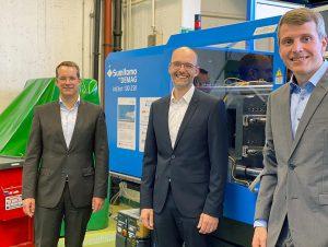 Prof. Christian Hopmann, Dr. Thorsten Thümen und Dr. Malte Röbig bei der Übergabe der neuen Anlagentechnik im Spritzgieß-Technikum des IKV. (Foto: IKV)